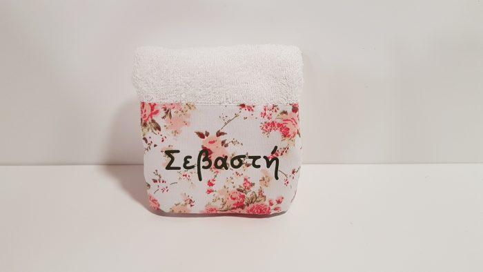 Μπομπονιέρα πετσέτα με Floral ύφασμα και το όνομα του παιδιού.
