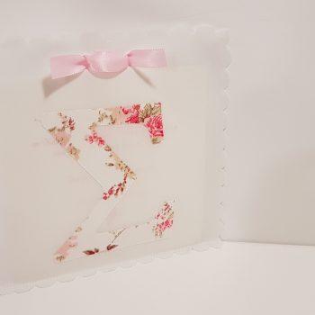 Πρόσκληση λευκό ύφασμα με μονόγραμμα floral απλικέ.