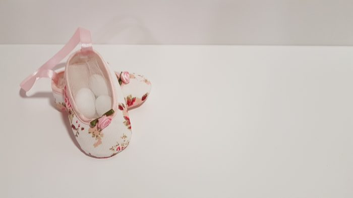 Μπομπoνιέρα ζευγάρι παπουτσάκια floral με ρέλι σατέν.