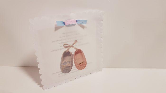 Πρόσκληση για δίδυμα, υφασμάτινος φακελος με εκτύπωση παπουτσάκια.