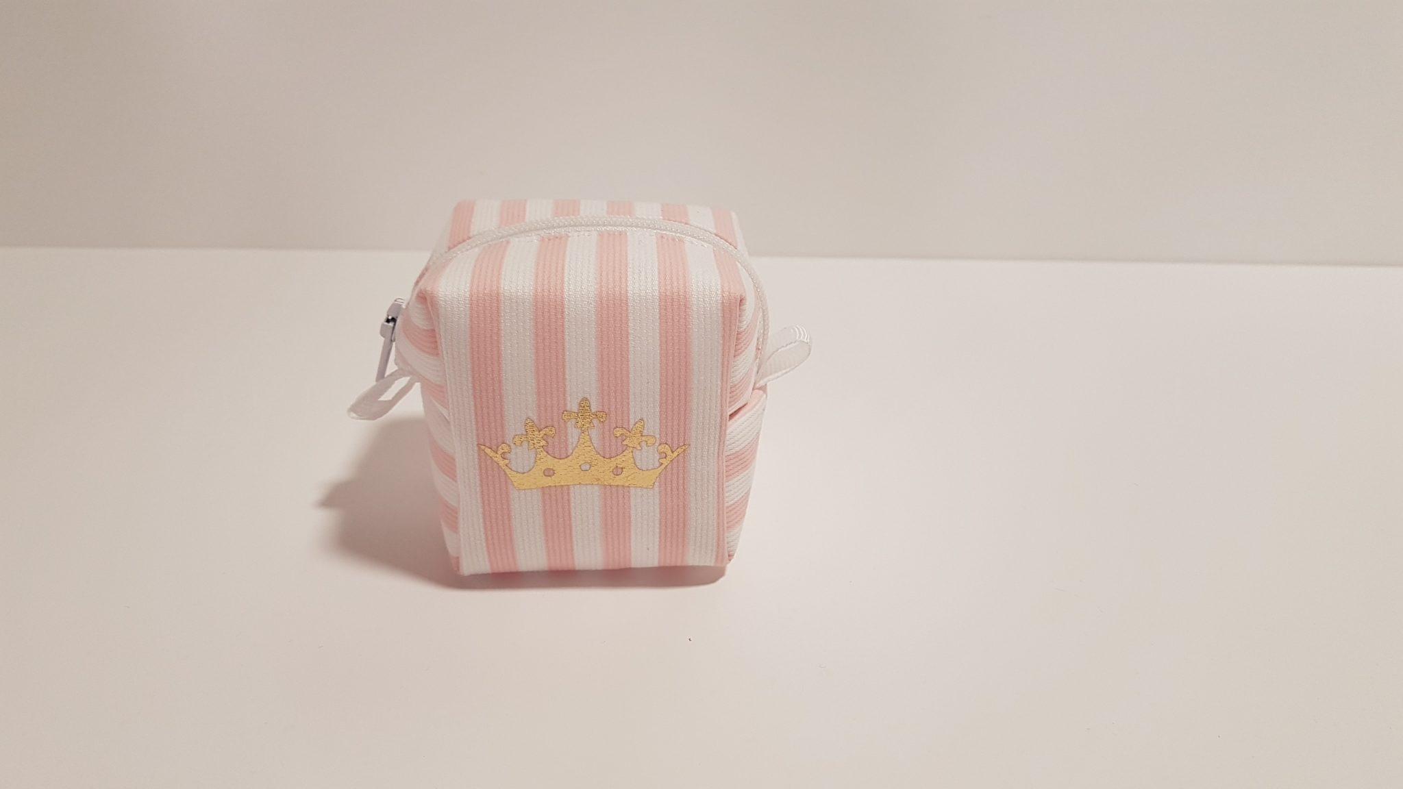Μπομπονιέρα πορτοφολάκι ροζ ριγέ 3D με χρυσή κορώνα.