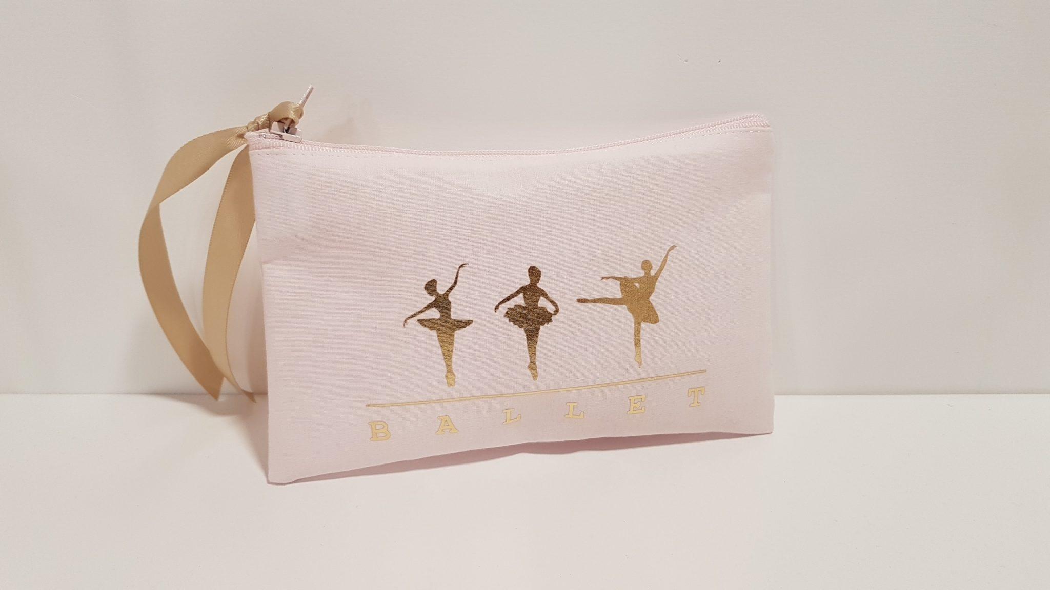 Μπομπονιέρα πορτοφολάκι φλατ ροζ ύφασμα με χρυσές μπαλαρίνες.