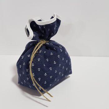 Μπομπονιέρα υφασμάτινο πουγκί με μπλέ ύφασμα άγκυρες και ρέλι..
