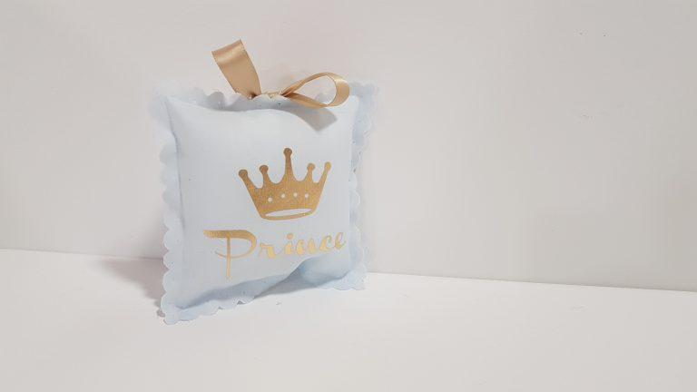 Μπομπονιέρα μαξιλαράκι φουσκωτό με χρυσή κορώνα Prince.