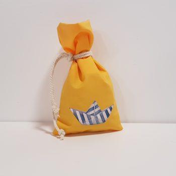 Μπομπονιέρα βάπτισης πουγκί με καραβάκι απλικέ