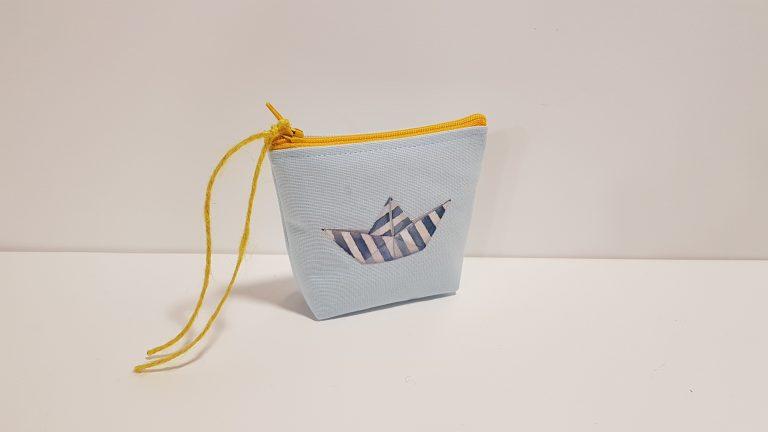 Υφασμάτινο πορτοφολάκι με σχέδιο απλικέ καραβάκι
