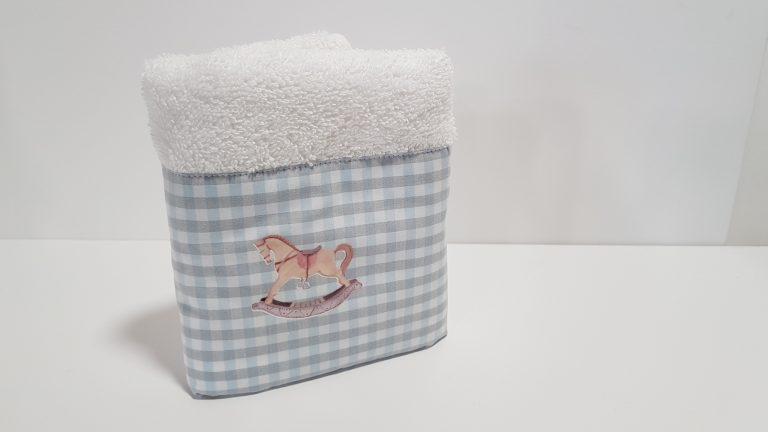 Πετσέτα χειρός μπομπονιέρα με ύφασμα καρώ και αλογάκι απλικέ.