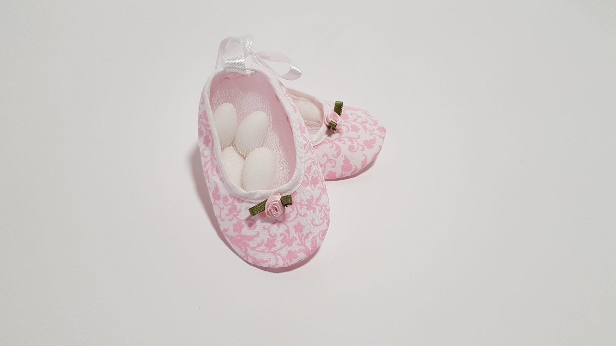 Μπομπονιέρα παπουτσάκια με ύφασμα λαχούρι και λουλουδάκια.
