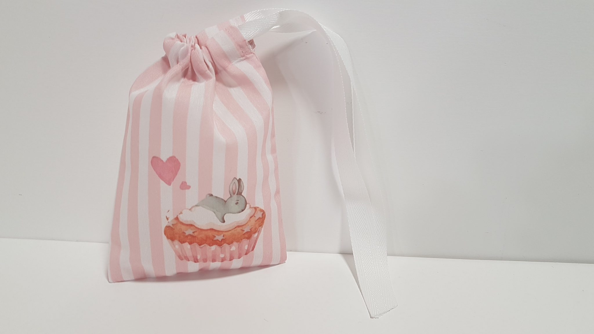 Μπομπονιέρα πουγκί ,ύφασμα ριγέ με τυπωμένο λαγουδάκι σε cupcake.