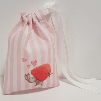 Μπομπονιέρα πουγκί με περαστή κορδέλα,ύφασμα ριγέ με τυπωμένο λαγουδάκι με φράουλα.