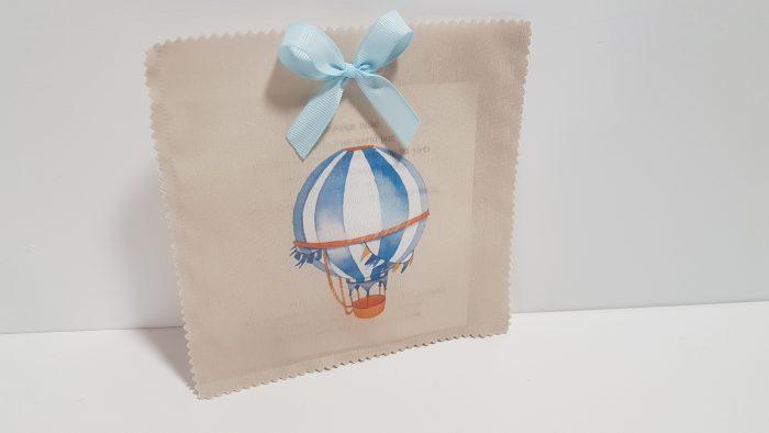 Πρόσκληση-φάκελος με τυπωμένο αερόστατο μπροστά.