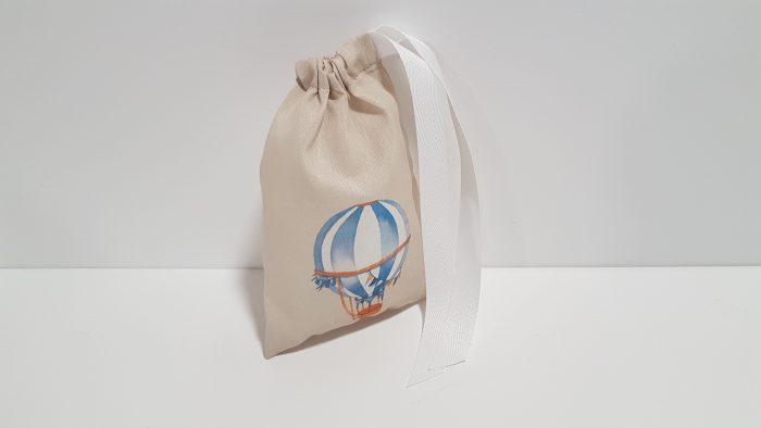 Μπομπονιέρα πουγκί με τυπωμένο αερόστατο μπροστά και περαστή κορδέλα.