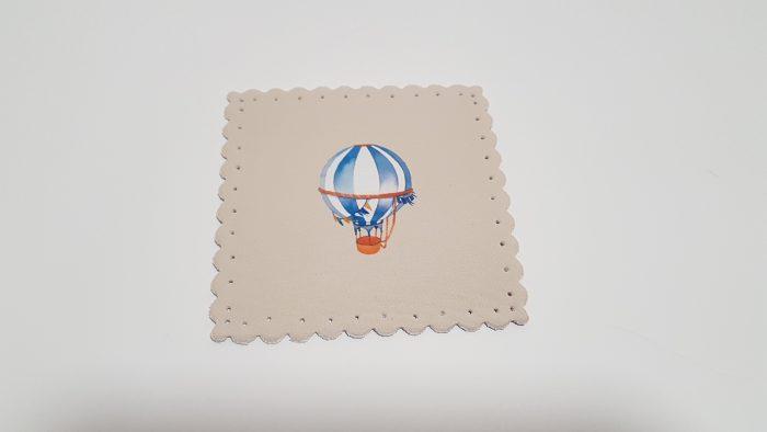 Σουβέρ υφασμάτινο με εκτυπωμένο αερόστατο μπροστά.
