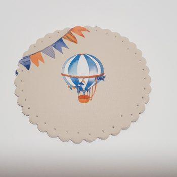 Στρογγυλό σουβέρ υφασμάτινο μ εεκτυπωμένο αερόστατο μπροστά.
