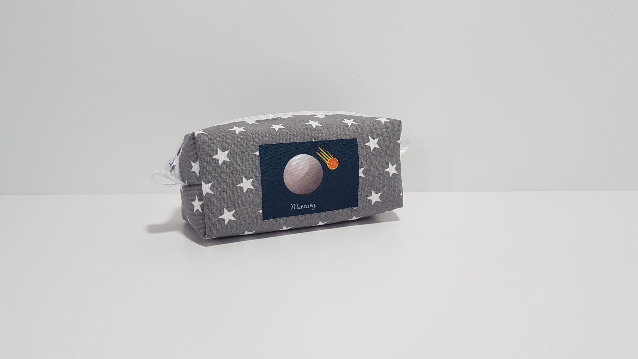 Μπομπονιέρα πορτοφολάκι 3D, ύφασμα αστέρια και απλικέ πλανήτη.
