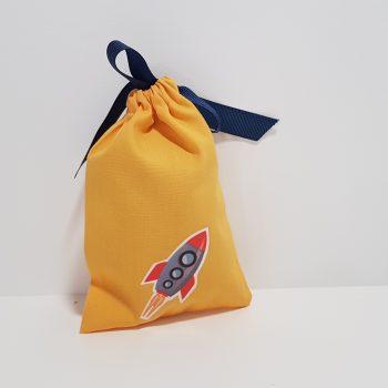 Μπομπονιέρα πουγκί με τυπωμένο διαστημόπλοιο και περαστή κορδέλα.