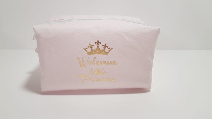 Νεσεσέρ ροζ με χρυσό μήνυμα Welcome Princess.Μπορείτε να βάλετε μέσα τα δωράκια σας για το μωρό ή την μαμά.