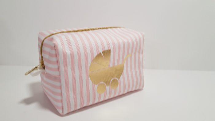 Νεσεσέρ ριγέ με χρυσό φερμουάρ και χρυσό καροτσάκι.Μπορείτε να βάλετε μέσα τα δωράκια σας για το μωρό ή την μαμά.