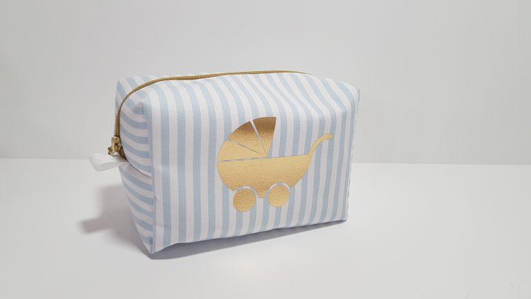 Νεσεσέρ ριγέ ύφασμα ,χρυσό φερμουάρ με χρυσό καροτσάκι μπροστά.Μπορείτε να βάλετε τα δικά σας δωράκια για το μωρό ή την μαμά.