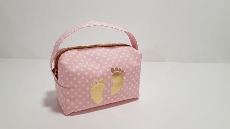 Νεσεσέρ πουά με χερούλι,χρυσό φερμουάρ και πατουσάκια χρυσά.Μπορείτε να βάλετε τα δικά σας δωράκια για το μωρό ή την μαμά.