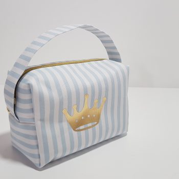 Νεσεσέρ ριγέ με χερούλι,χρυσό φερμουάρ και χρυσή κορώνα.Μπορείτε να βάλετε τα δικά σας δωράκια για το μωρό ή την μαμά.