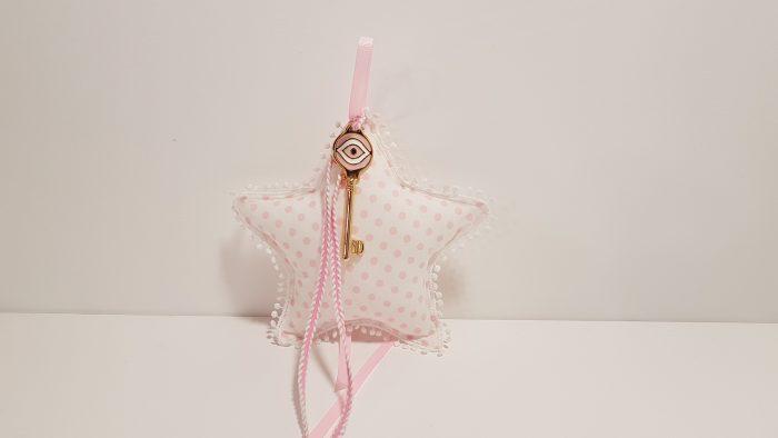 Φουσκωτό μαξιλαράκι αστέρι ροζ πουά και χρυσό μεταλλικό κλεδί με μάτι.