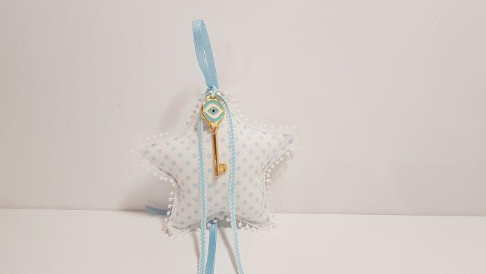 Φουσκωτό μαξιλαράκι αστέρι σιέλ πουά και χρυσό μεταλλικό κλεδί με μάτι.