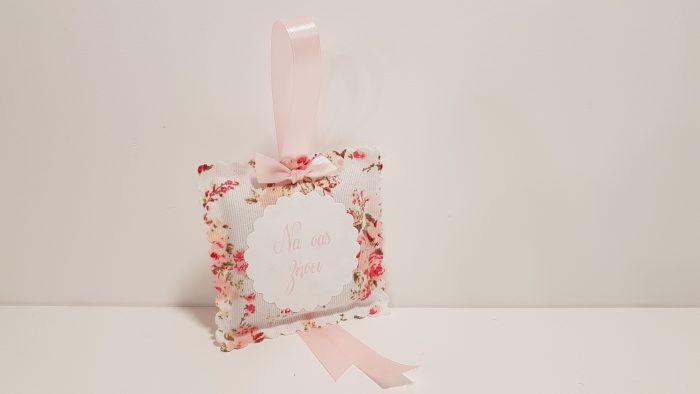 Μαξιλαράκι κρεμαστό με λεβάντα,ύφασμα Floral και ετικέτα με ευχή.