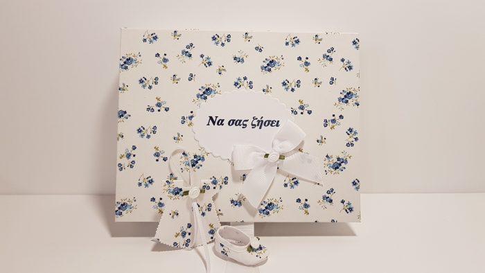 Κουτί Floral με 25 κεράσματα φορεματάκια και παπουτσάκια στολισμένα με λουλουδάκι και ενα κουφέτο εσωτερικά.