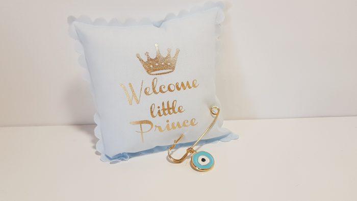 Μαξιλαράκι σιέλ Welcome little prince με παραμάνα χρυσή και μεγάλο μάτι.