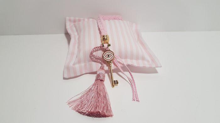Γούρι κρεμαστό κλειδί χρυσό με ροζ μάτι , κορδόνι ,ροζ φούντα και ακροδέκτη χρυσό.