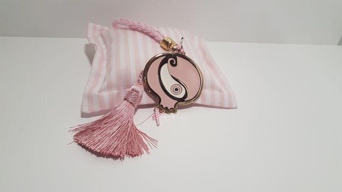 Γούρι κρεμαστό ρόδι μεγάλο χρυσό με ροζ μάτι, κορδόνι και ακροδέκτη χρυσό.