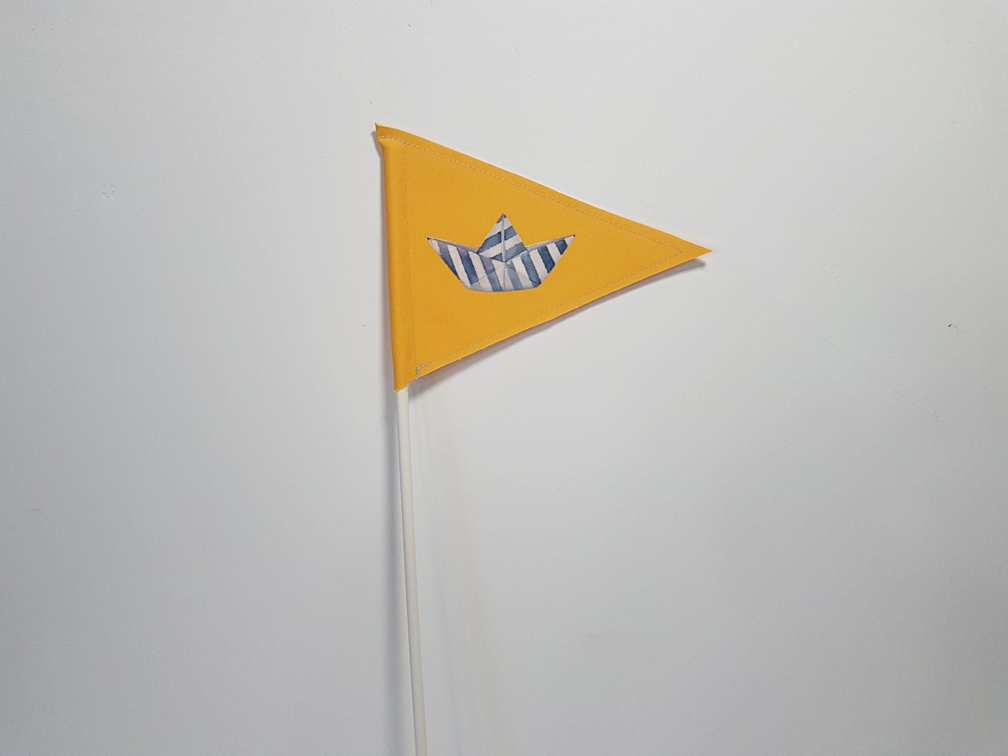 Σημαιάκι με απλικέ καραβάκι σε στικ για διακόσμηση.