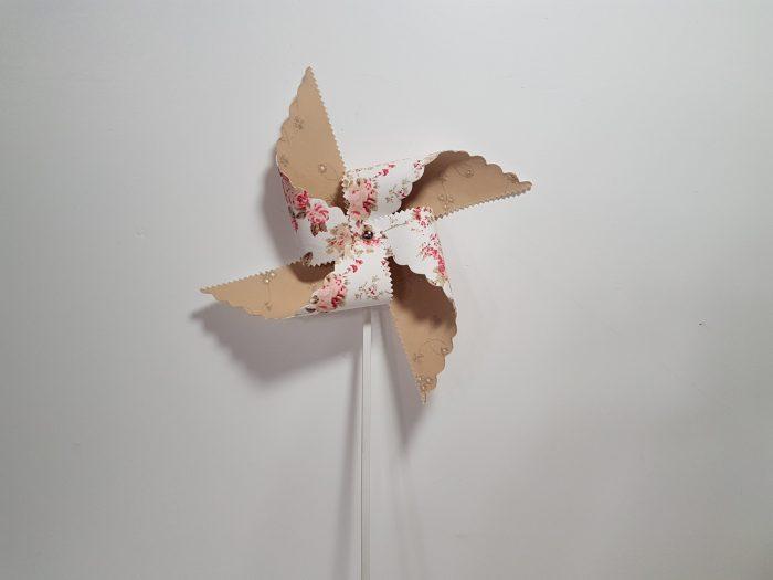 Ανεμόμυλος για διάκοσμηση σε στικ, δίχρωμος με ύφασμα Floral και μπεζ.