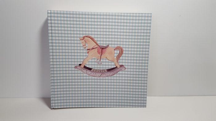 Άλμπουμ φωτογραφιών με καρώ ύφασμα και αλογάκι μπροστά.