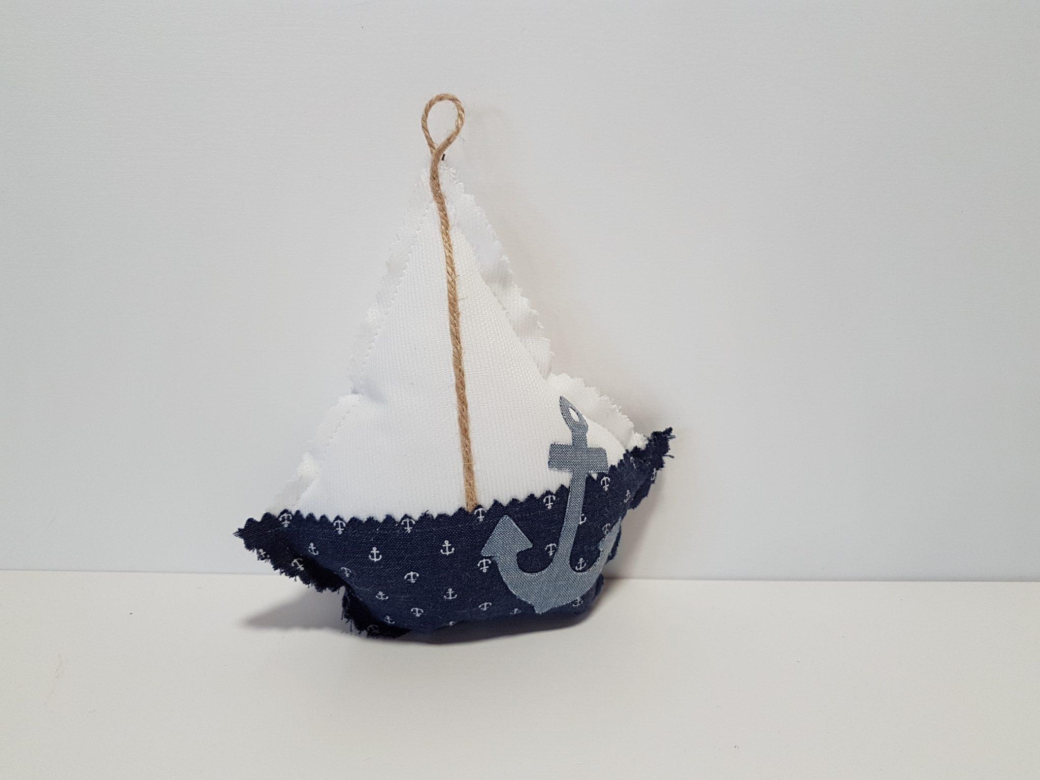 Μπομπονιέρα καράβι φουσκωτό με ύφασμα ναυτικό και απλικέ άγκυρα.