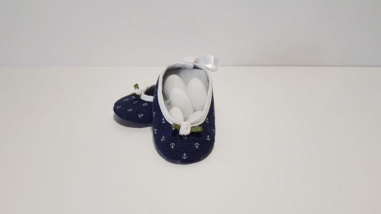 Μπομπονιέρα παπουτσάκια κορίτσι με ύφασμα ναυτικό και λουλουδάκια.