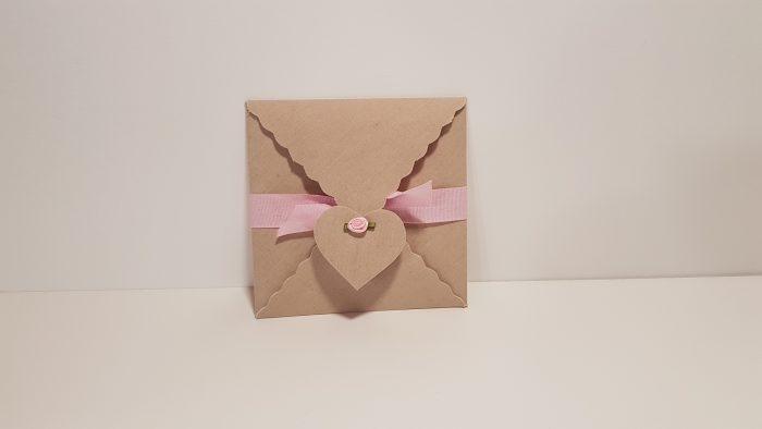 Φάκελος τετράγωνος & καρτελάκι καρδιά με λουλουδάκι.