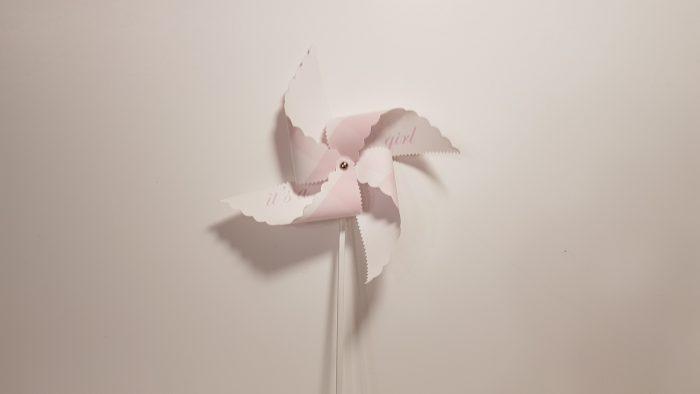 Ανεμόμυλος ''it's a girl'' με ξυλάκι μεγάλο καρώ ροζ-λευκό.