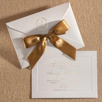 Προσκλητήριο γάμου κλείσιμο με μεγάλο φιόγκο περασμένο απο τον φάκελο.