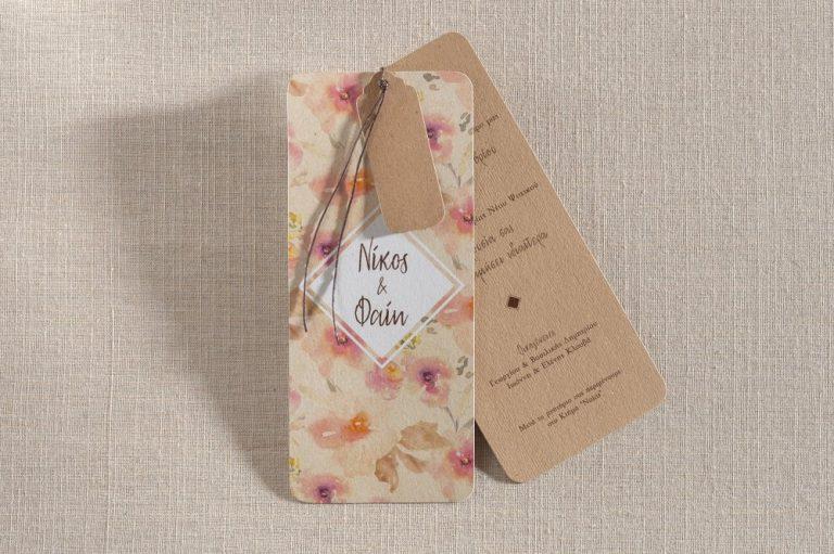 Προσκλητήριο γάμου με λουλούδια και δέσιμο με σχοινάκι.
