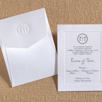 Προσκλητήριο γάμου με φάκελο και περίγραμμα στην κάρτα.