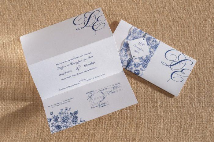 Τρίπτυχο προσκλητήριο γάμου με ζώνη για να κλείνει ο φάκελος.