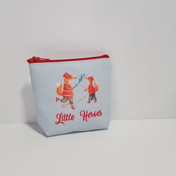 Μπομπονιέρα πορτοφολάκι σιέλ Little Heroes για δίδυμα αγόρια.