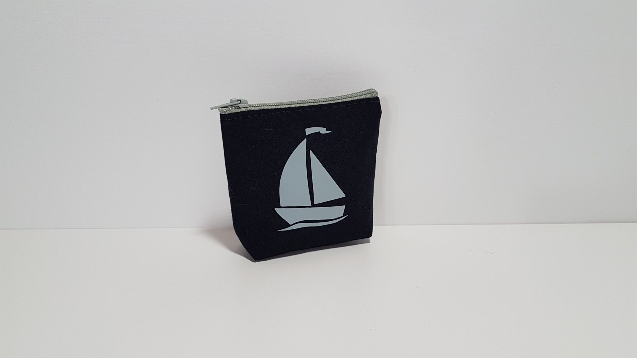 Μπομπονιέρα πορτοφολάκι μπλε με γκρι καράβι.