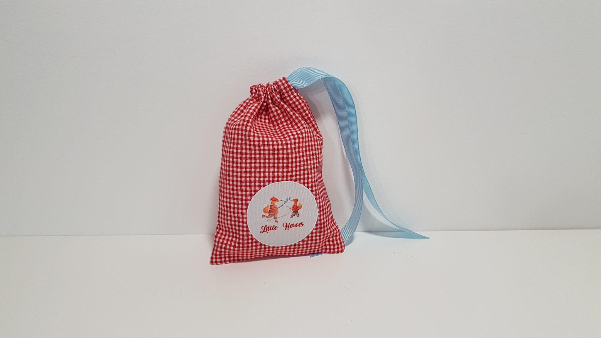 Μπομπονιέρα πουγκί με Little Heroes για δίδυμα αγόρια και περαστή κορδέλα.