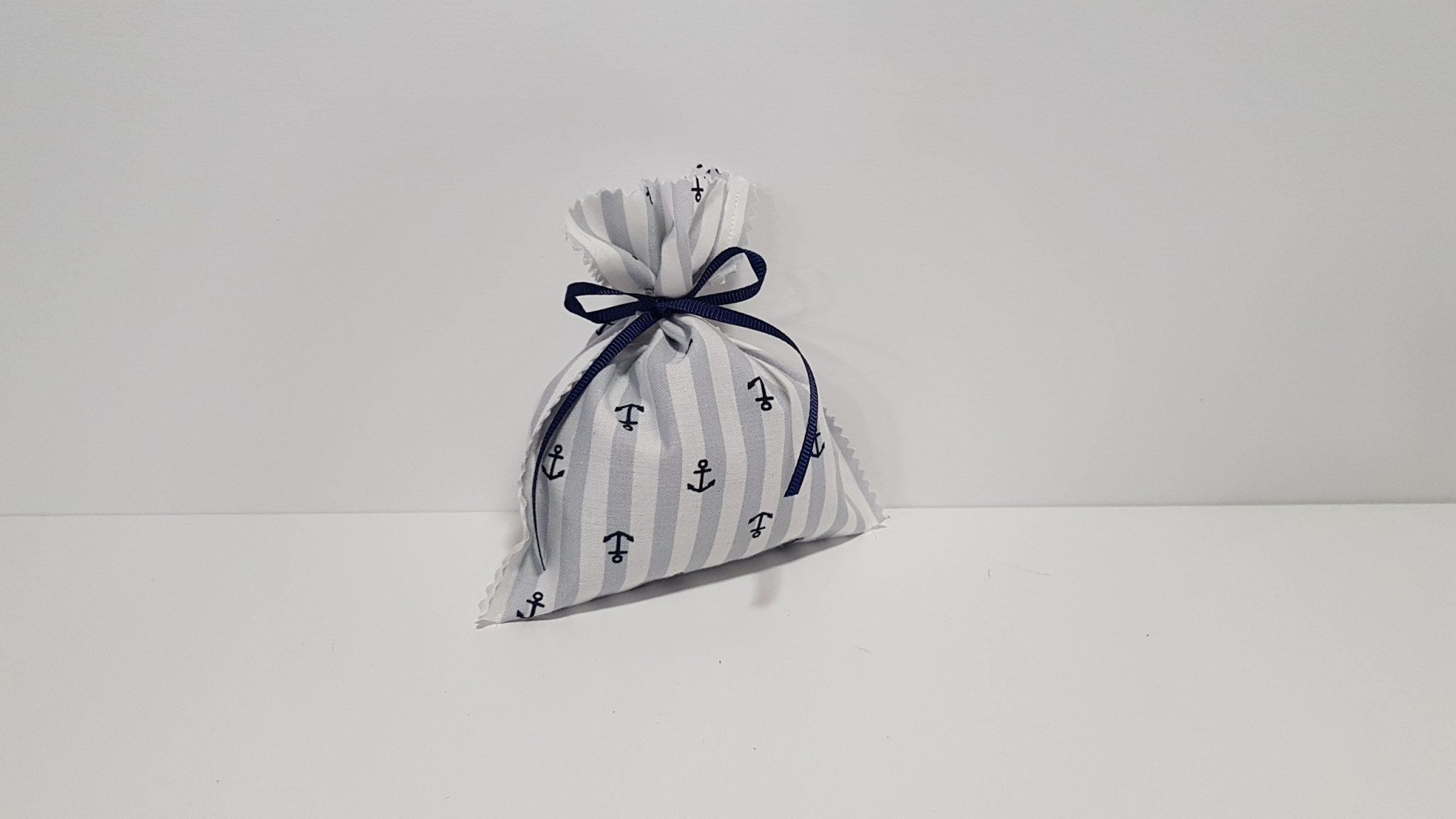 Μπομπονιέρα πουγκί με τελείωμα ζικ και ύφασμα ριγέ navy.