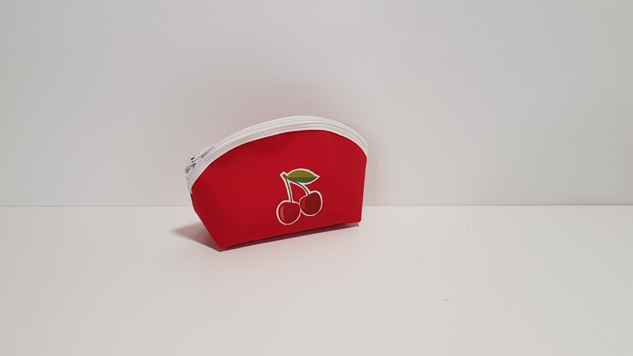 Μπομπονιέρα κόκκινο πορτοφολάκι οβάλ σχήμα με ρέλι και κεράσια.