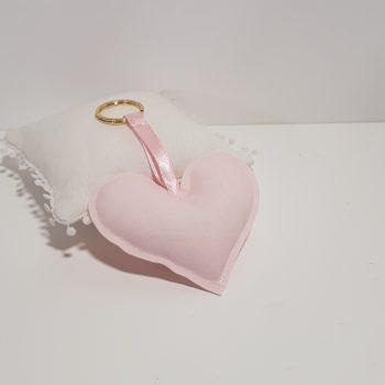 Υφασμάτινη μπομπονιέρα μπρελόκ καρδιά με ροζ ύφασμα και χρυσό κρίκο.
