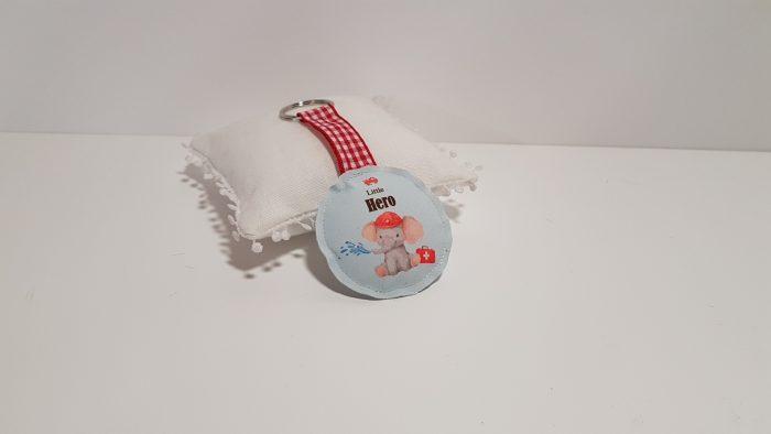 Υφασμάτινη μπομπονιέρα μπρελόκ με θέμα βάφτισης ελεφαντάκι.